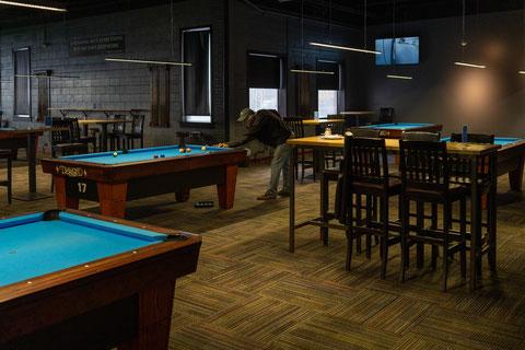 「Corner Bankの一般向けの7フィートテーブルエリア。台間隔が広く、飲食もしやすくなっている」