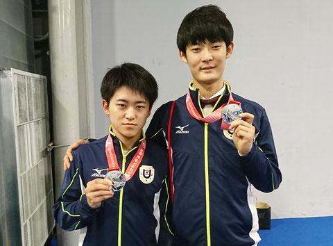銀メダルの日本ペア。鈴木謙吾(右)と宍戸隆之(左)