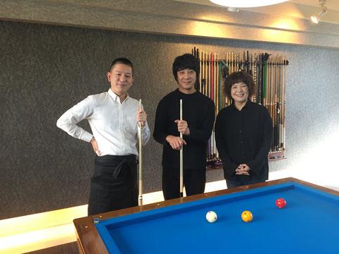 左から、竹島欧プロ、山崎まさよしさん、竹島淳子さん