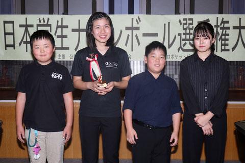 小中学生の部。左2の谷みいな選手が優勝