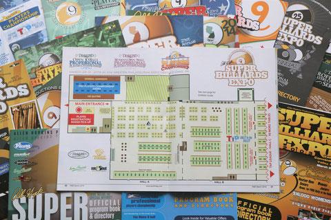 エキスポの各年のプログラム。中央で開いてあるのは2019年の会場レイアウト図