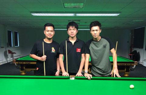 アカデミーにいるタイのプロ、ノッポン・センカム(左)と『F』(右)とともに ※画像提供:本人