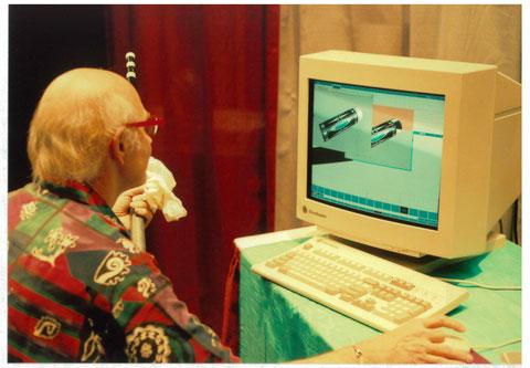 1995年の『スーパービリヤードエキスポ』(SBE)会場でCADを使ったデザインを説明するビル・ストラウド。これは「K」がビルと初めて会話した、ほぼまさにその瞬間だった。この画像は『ワールドビリヤードマガジン』(日本)40号の表紙に採用された