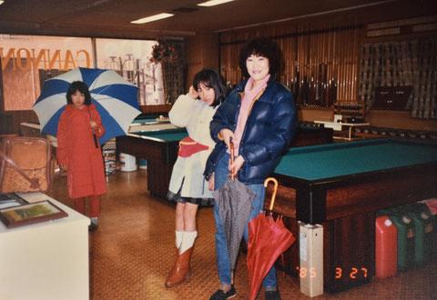 家族でお店(キャノン)にて。1985年。左端が肥田緒里恵(10歳)