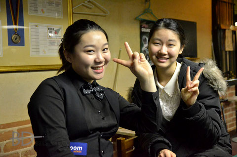 日本語の勉強がてら話し掛けてきてくれた14歳のキム・イエーウン(金叡恩。左)と18歳のミレ