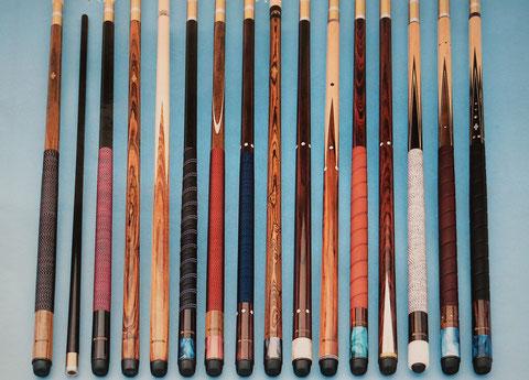 らせん巻グリップが見られる1980年代のシュメルケ。左側から5番目の黒いキューは、革のらせん巻とナイロン糸巻を組み合わせている