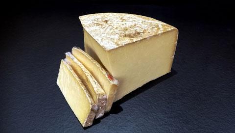 Cantal entre deux fermier Haut Herbage  agriculture durable, lait cru, 3 à 7 mois d'affinage, vente fromage ferme de la mare, fromagerie, lamballe côtes d'armor, bretagne