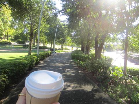 朝のお散歩をしました。浅野屋のパンと紅茶のセットを散歩のお供に♪