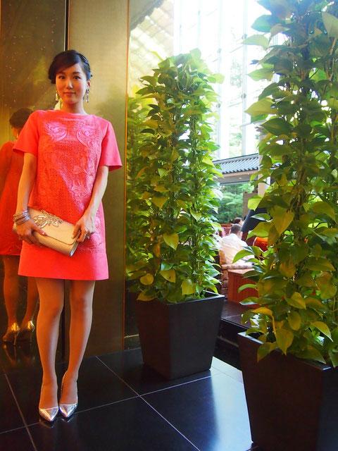 今回はあくまでも大広間を意識した遠目映えファッション。色とシルエットとキラキラかんでおめでたさを添えて^^  どんなに華やかにしても真っ赤なロングドレスでも着ない限り花嫁さんよりも華やかになることはないものです。大きな会場では自分らしい華ファッションを楽しみましょう^^!♪