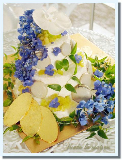 金色の蝶々が羽を半開きでケーキのトップやサイドにとまっていたらかわいいだろうな・・・、と思ってチョコに金箔を貼ったのですが思いのほか重量があったため飾れず、ベースにひきました。。小判みたいなことになってしまった(笑)でもなんだろう?っていうかわいさがありますよね(笑)