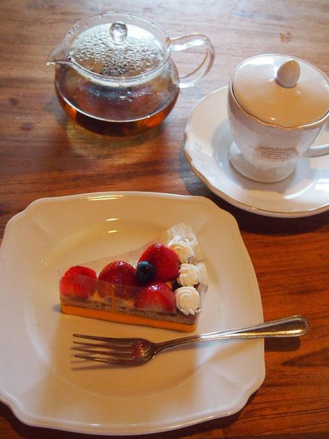 近所のケーキ屋さんのいちごタルト^^  ノンカフェイン紅茶を楽しんでいます
