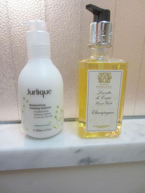 ハワイで購入したジュリークの洗顔フォームとアンティカファルマンシアのハンドソープ。洗顔はしっとりして、ハンドソープは最高にいい香り!