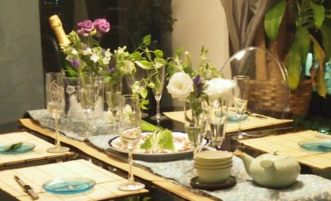 自慢のミノッティ-のテーブルに^^  シャンパングラスに投げ込み、中央で 葉っぱを出会わせて空間を出しました。 下にひいたセンターテーブルはダーリンさんのお母様から譲り受けた着物の帯。