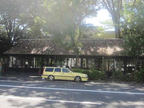 この車、いつも止まっているのだ。蔦屋代官山の前のレストラン&cafe