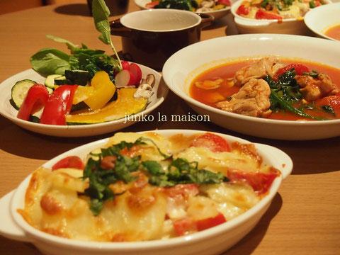 Valentineぽく華やかに! アンチョビーとポテトとトマトとモッツァレラのグラタン&鳥のトマトスープ煮込み^^とーっても美味しい♪毎回彦摩呂風に料理を食べてくれる楽しいダーリンさん。いつもありがとう♡