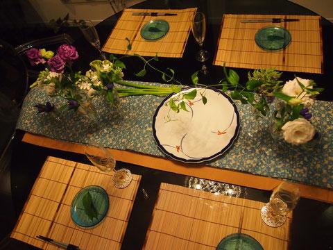 テーブルセンターには、ダーさんの亡くなったお母様から譲りうけた、着物の帯を2種使いました。 水色の柄が栄えるように、茶金色をチラ見せ^^