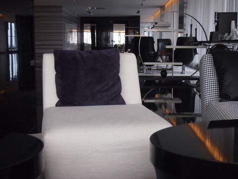 B&Bや、フレッツハンセン、等最高級の家具、ソファーが並ぶ ビジネスラウンジっぽい空間。コーヒーもフリーでいただけます。