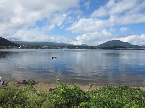 湖が美しい・あれ?ちょっと富士山の頭がみえたかな?