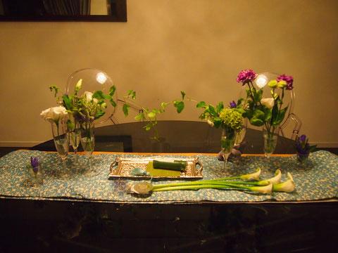 作りこみすぎないよう、お花は投げ入れて 出来た空間を少しいじる程度に^^ カラのお花に段差をつけて、下にひいたのと、グリーンを中央でからませたのが ポイント^^