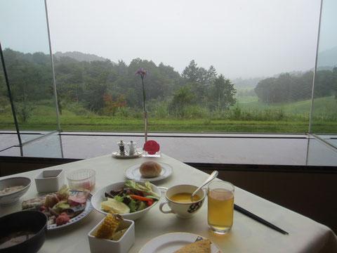 でも、十分綺麗な景色です^^。 落ち着く静かな朝食から始まる今日一日も楽しみです^^