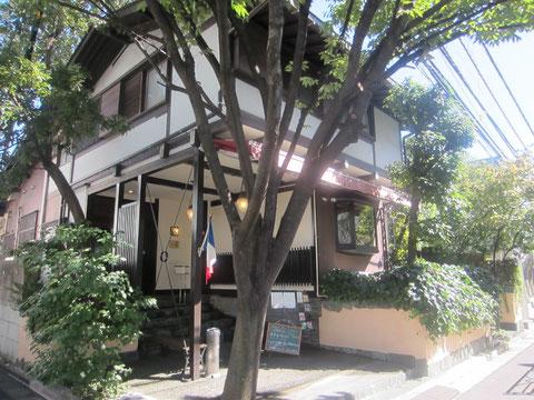代官山蔦屋のすぐ裏なのだ^^ かわいいお店がまえ。 邸宅を改装したフレンチレストラン。