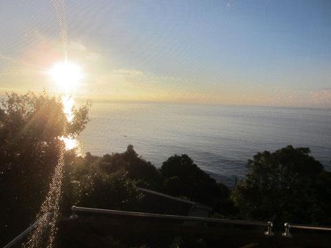 蝉の鳴き声も日の出とともに一斉に・・朝のエネルギーが降り注ぐ^^もう暑くなってきた。さすが夏!