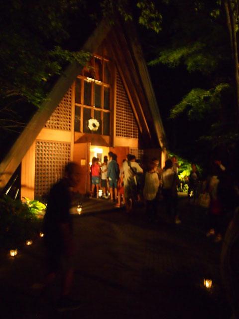 教会中は撮影禁止でしたが、とっても綺麗な ろうそくが沢山! 私達も一本ずつ火をつけてきました^^