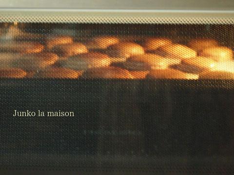 ヘルシオの場合はオーブンの上段で焼きます。むくむくふくらんでピエがでているところ^^ かわいいなー