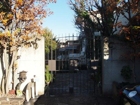 門があるのがあこがれだった。駒澤公園までも徒歩5分。ご近所にタモリ邸があるのだそう