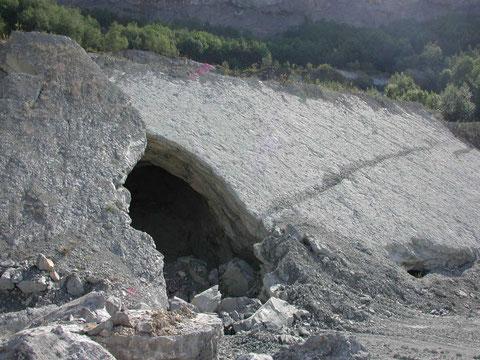 """Detail aus dem Bild links: Höhlen als Überreste des ehemaligen Untertage-Abbaus im """"Oberer Zementmergel"""" (Photo Heyng, September 2003)"""