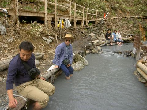 遊歩道わきに足湯。湧き出た温泉が川の流れになっている。