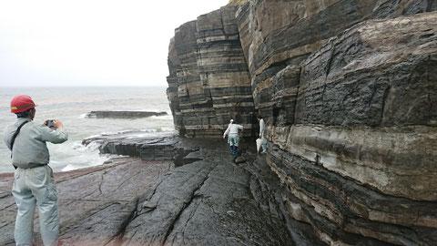 日本海の荒波。柵や注意看板がないので危ない!