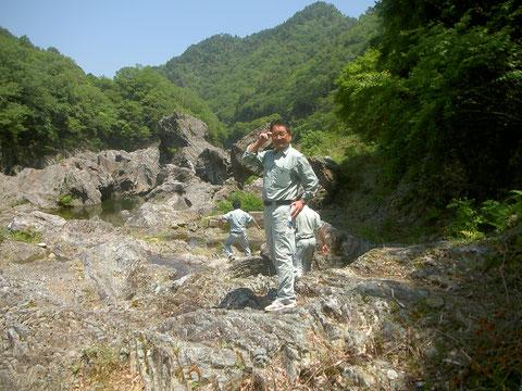 峡谷は深いが簡単に降りられる。甌穴を探そう!