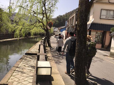 温泉街を流れる川の護岸に玄武岩