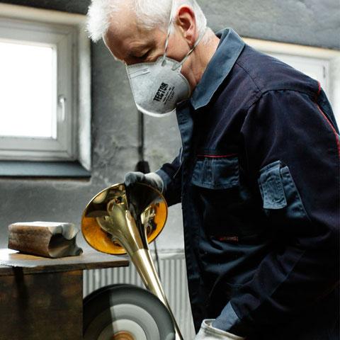 Bild von Karl Scherzer, der das fertige Schallstück poliert