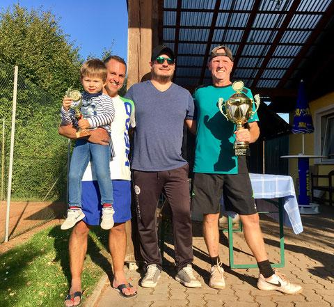 Finalist Matthias Eigner mit Sohn, Obmann Jürgen Stuphann, Sieger Kurt Vevoda
