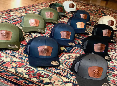 handgefertigte Lederpatches mit geprägten Motiven für Caps
