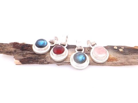 runde kettenanhänger in Silber mit edlen Schmucksteinen