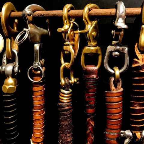Karabiner Schäkel Metallringe Lederbänder Schrauben Messing Kupfer Stahl