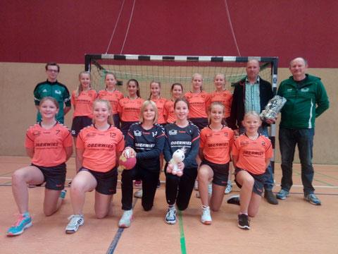 Die weibliche C- Jugend und das dazugehörige Trainerteam des TV Gescher   bedankte sich bei der Firma Oberwies mit einem kleinen Präsent für die neuen Trikots.  Das anschließende Spiel  in dem neuen Dress verloren sie gegen Ammeloe/Ellewick deutlich mit 8