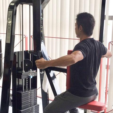 パーソナルトレーニング神戸 神戸北町(神戸市北区)トレーニングする男性