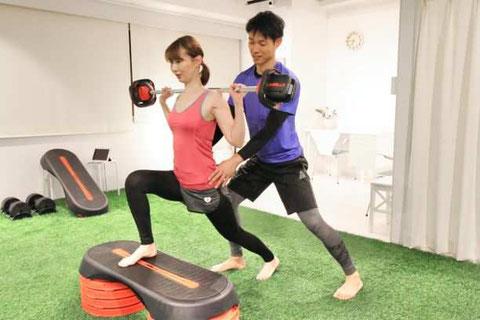大阪のパーソナルトレーニング 人工芝のパーソナルジムで裸足でトレーニングする女性