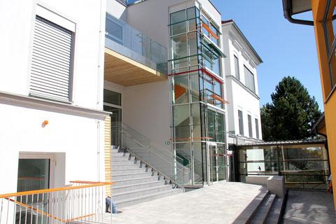 Die Treppe zur Volksschule Friedberg