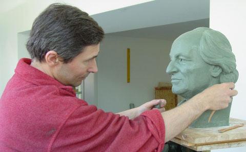 Bildhauer Michael Chipowski modelliert ein Porträt