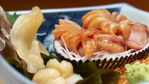 貝類のお刺身です。 勝浦漁港の江戸前寿司店 鮨成田家