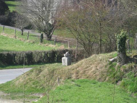 Vers Bouillancourt, petite croix sur un talus du hameau de Chaussoy