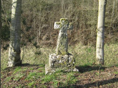Croix en tuf, située derrière l'église de Toeufles