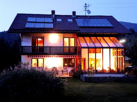 Abendstimmung im Garten, mit unseren Sonnen Energie- Anlagen und Wintergarten