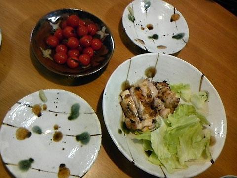 岩手地鶏のオーブン焼き。塩胡椒だけで美味しい!甘いミニトマトのお皿も岡本さんの。