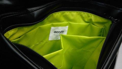 モノトーンのバッグの内側はこんなキレイなグリーン!